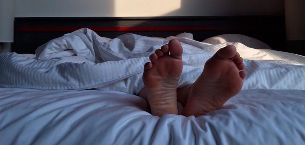лежим на кровати ступнями в камеру